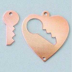 Hängsmycke 28 x 26 mm - hjärta med nyckel 2-hål