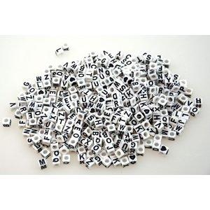 Plastpärlor bokstäver